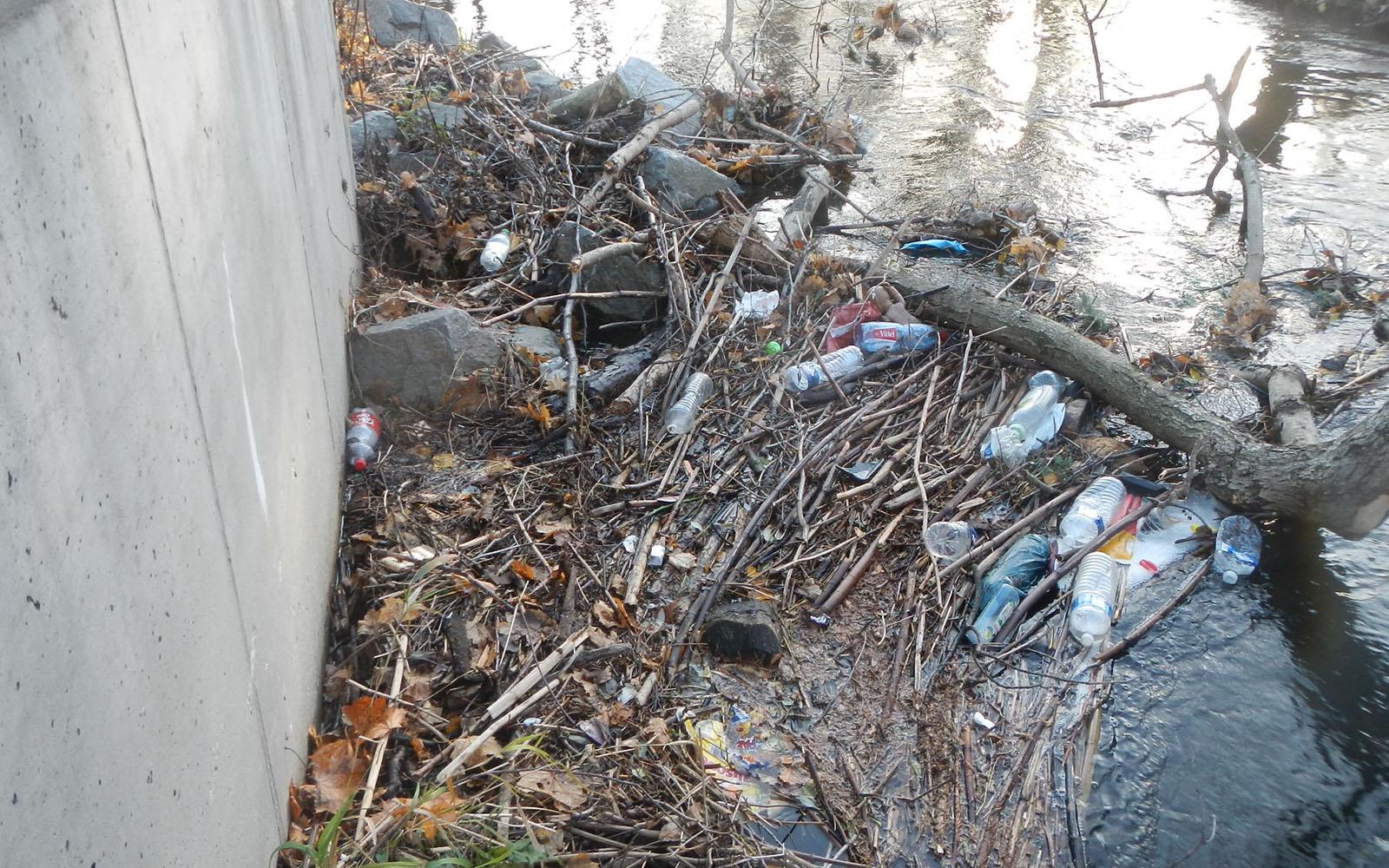 Amas de déchets dans un cours d′eau